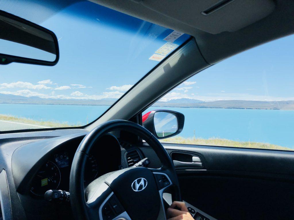 車から見る プカキ湖