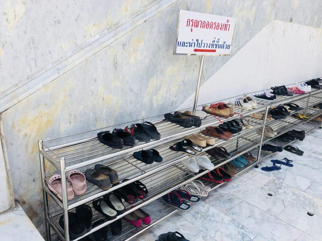 ワットパクナムの靴置き場