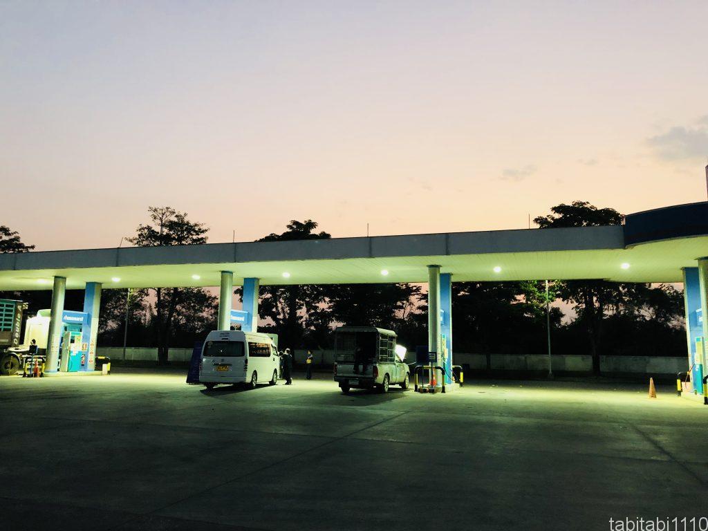 プノンペンからバンコク|休憩のガソリンスタンド