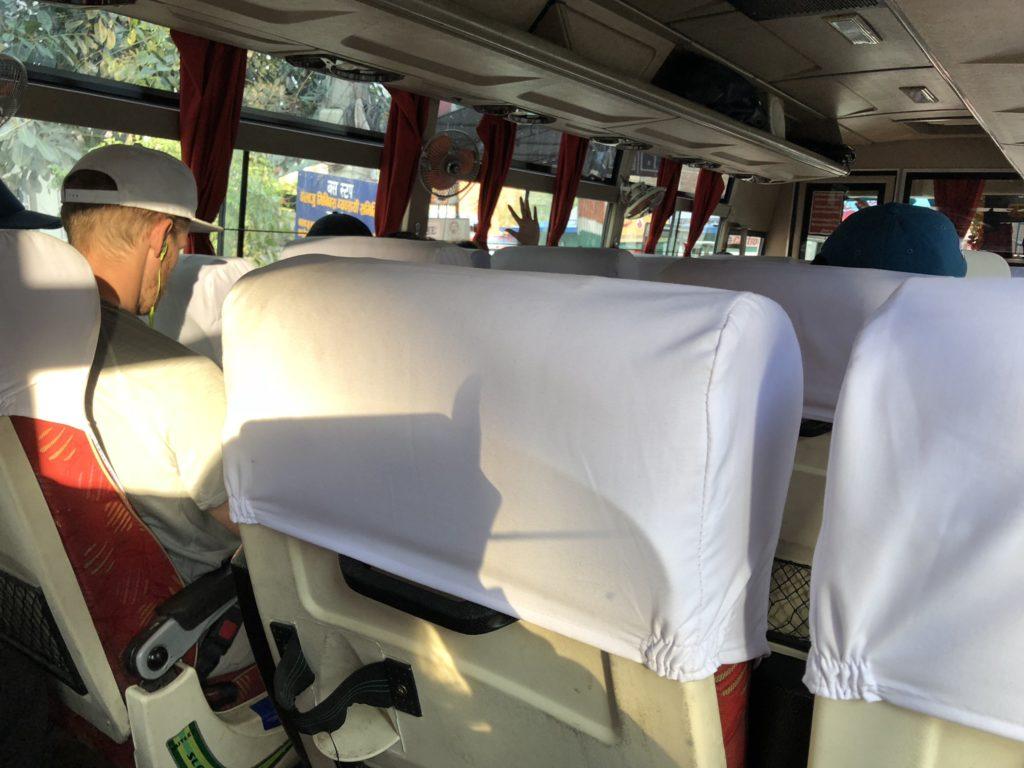 カトマンズからポカラへバス移動|車内