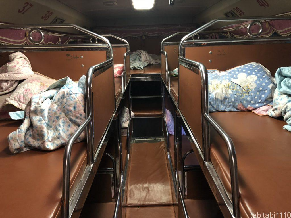 チェンマイからルアンパバーンのスリーピングバス車内