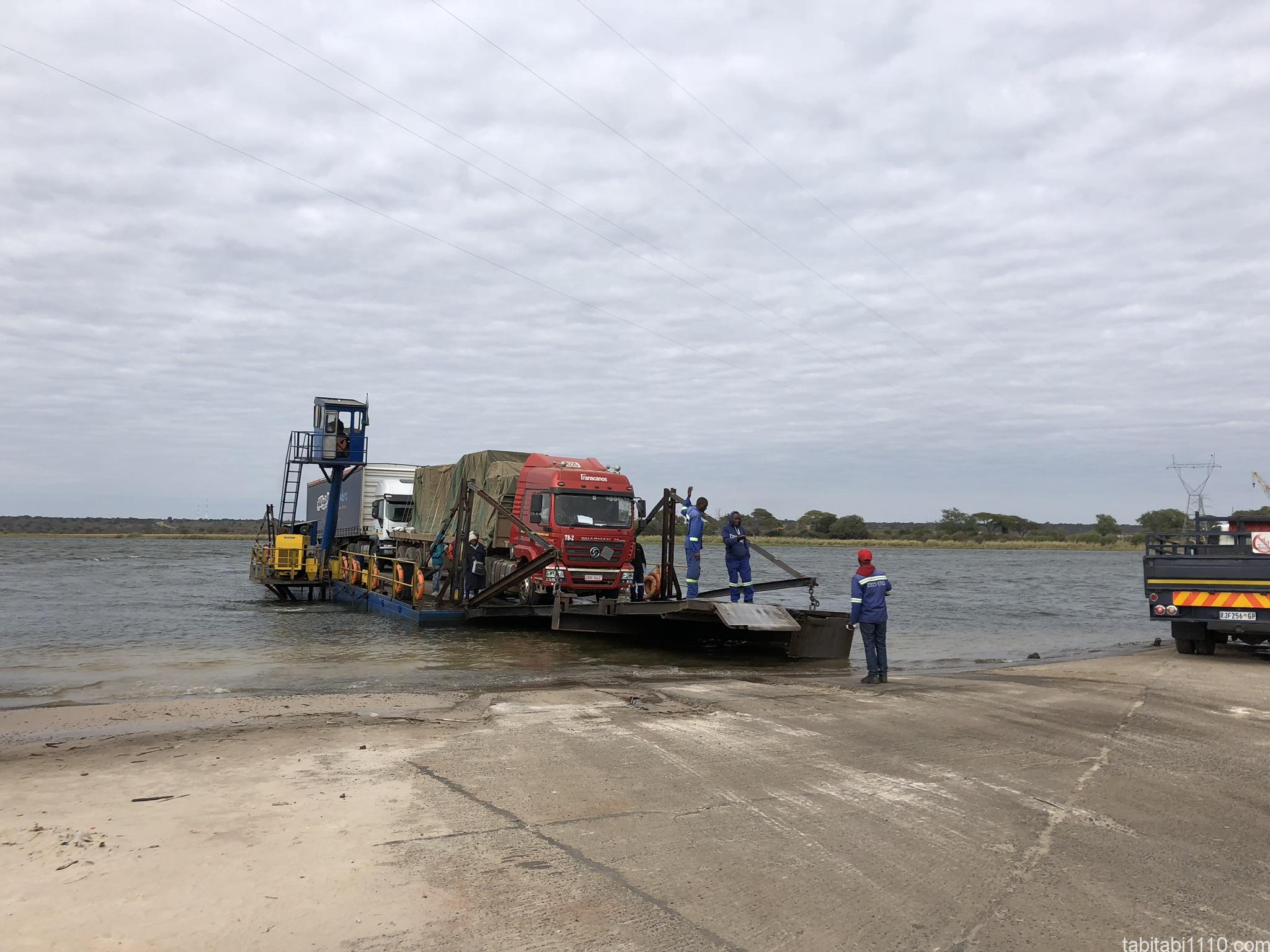 ザンビアとボツワナの国境を渡る船