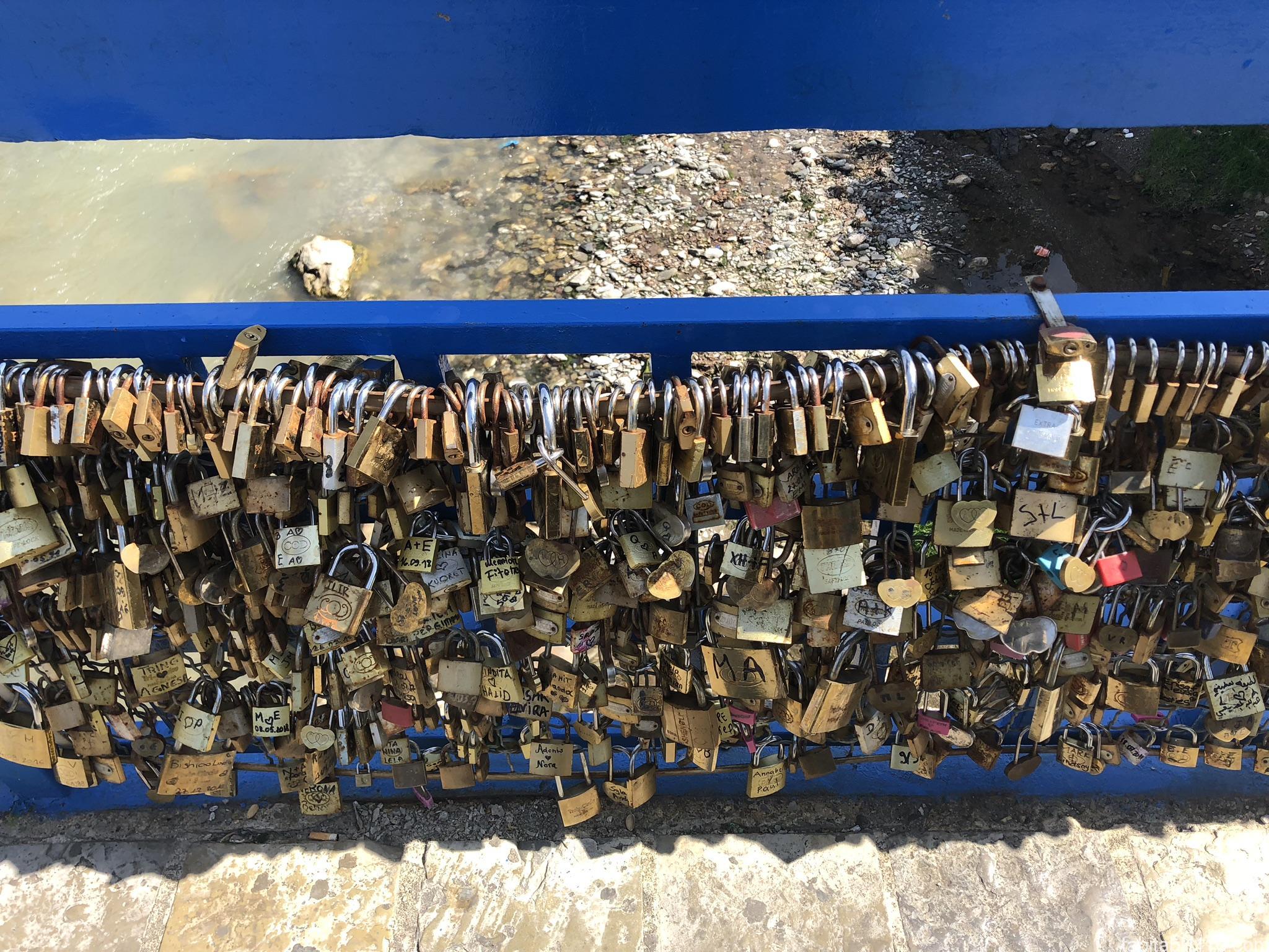 プリズレン|南京錠の橋