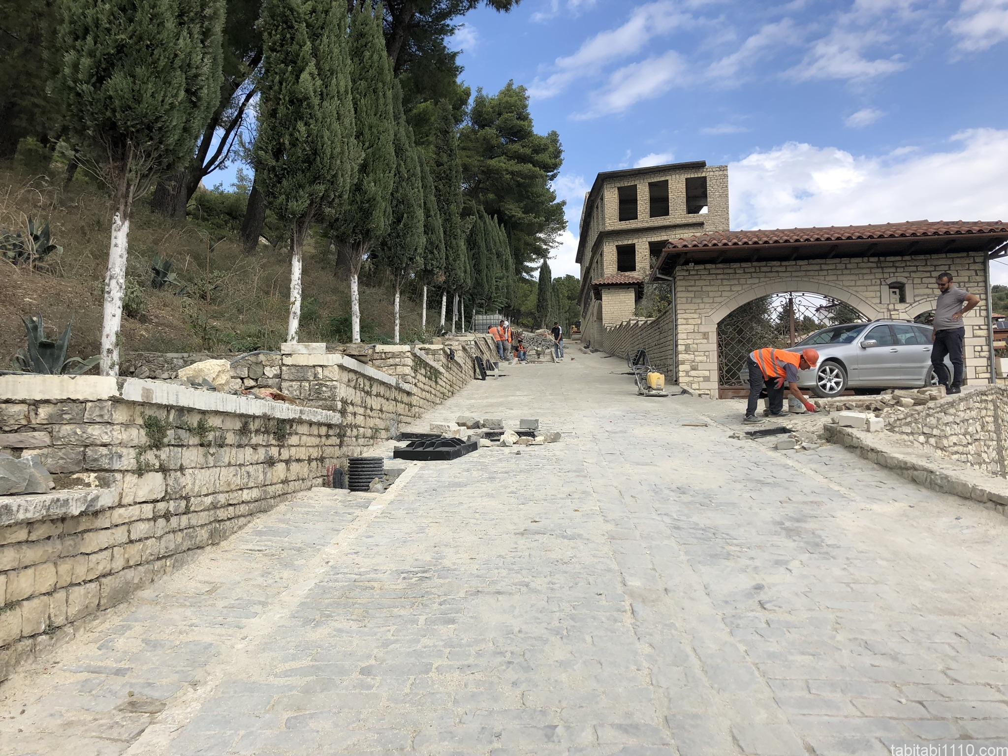 ベラト城への坂
