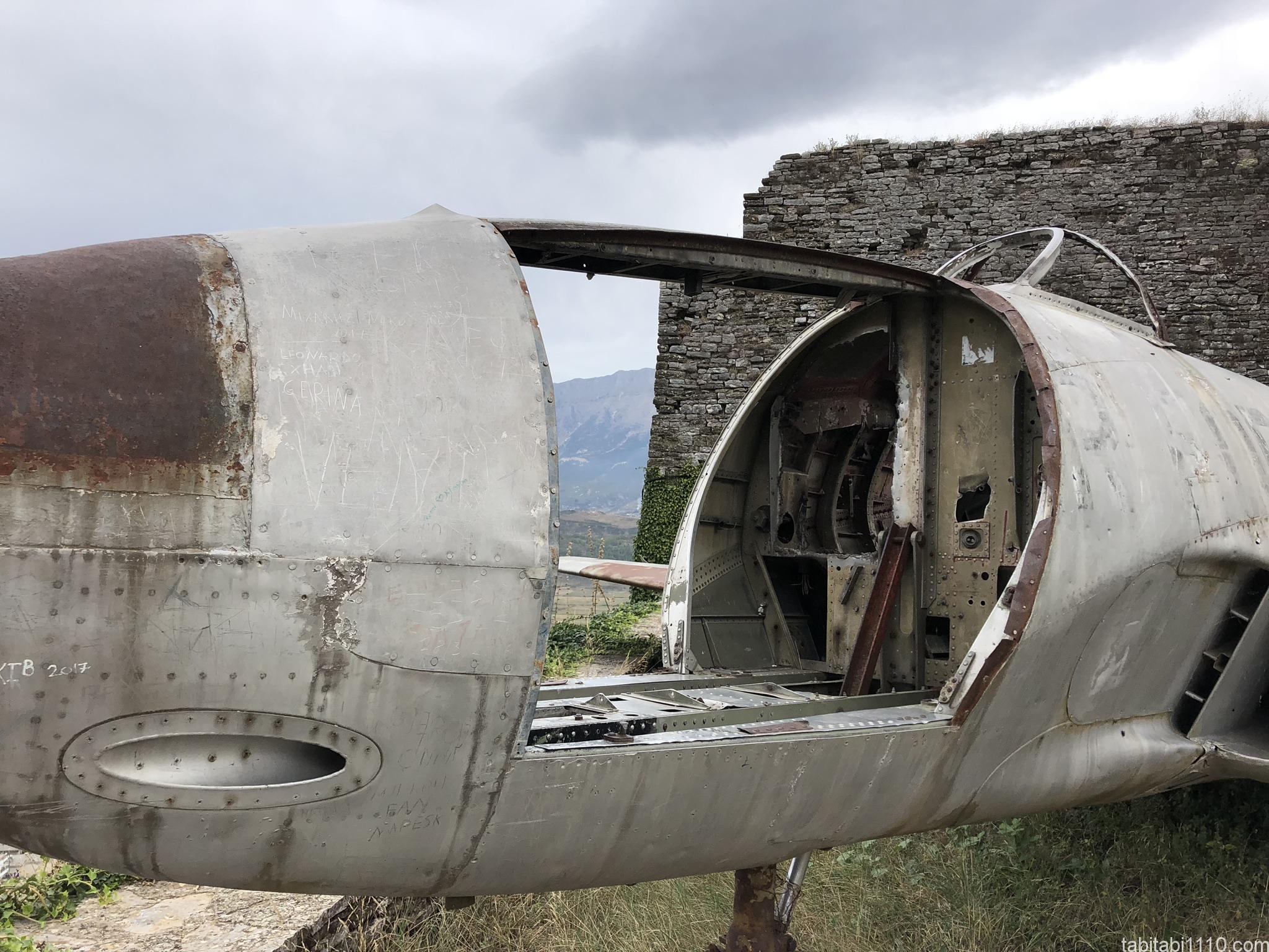 ジロカストラ城|戦闘機
