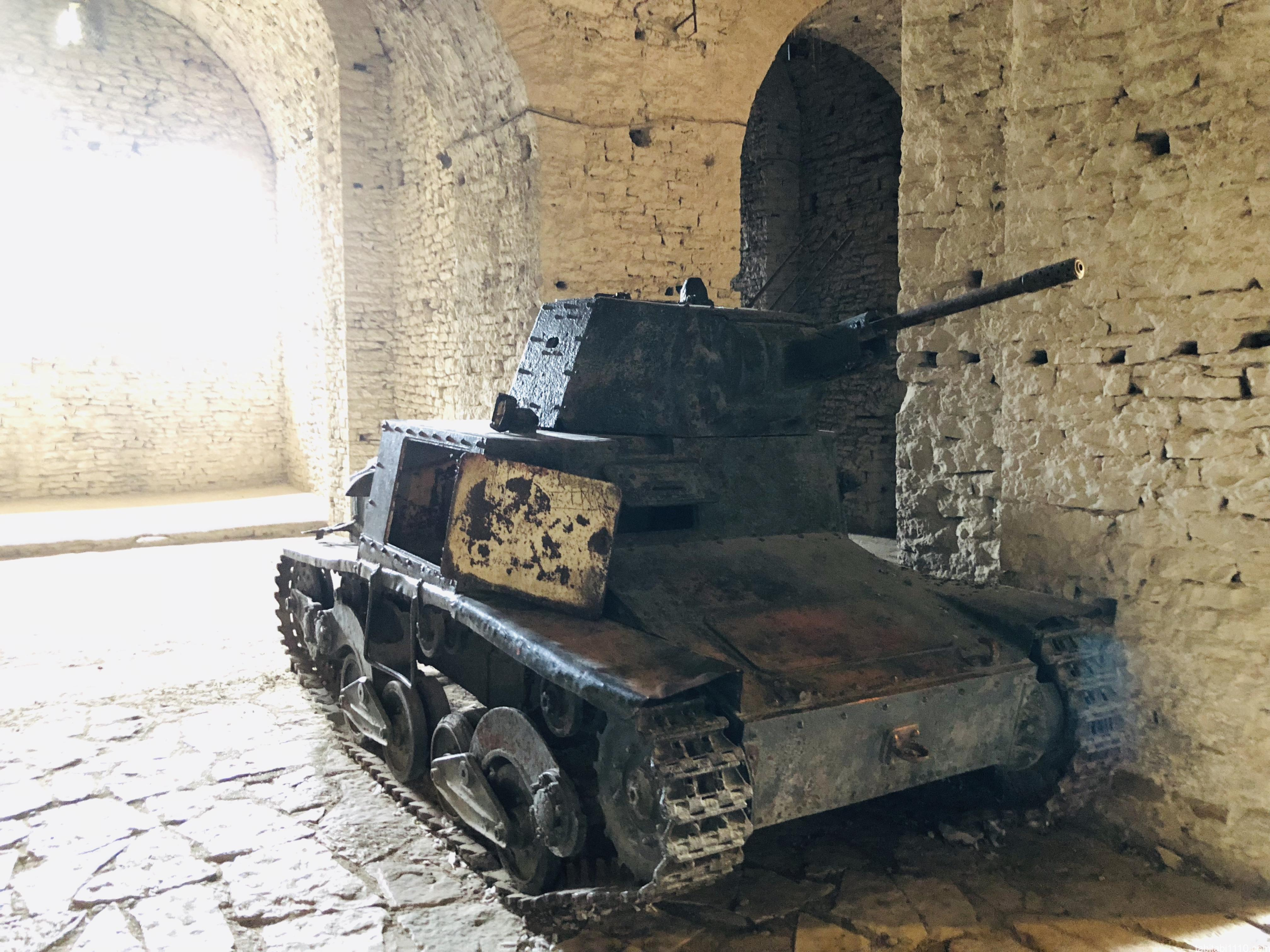 ジロカストラ城|戦車