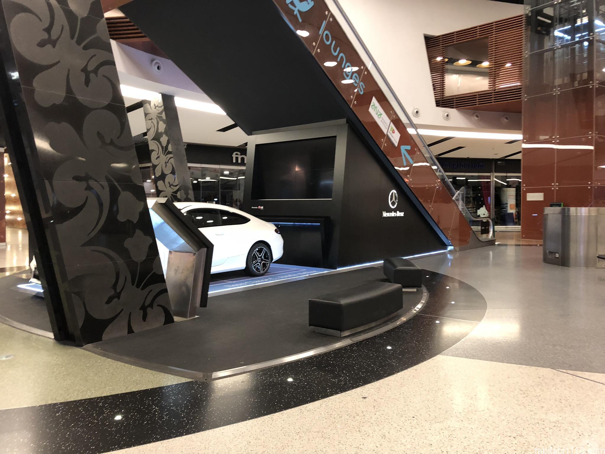 リスボン空港の車展示