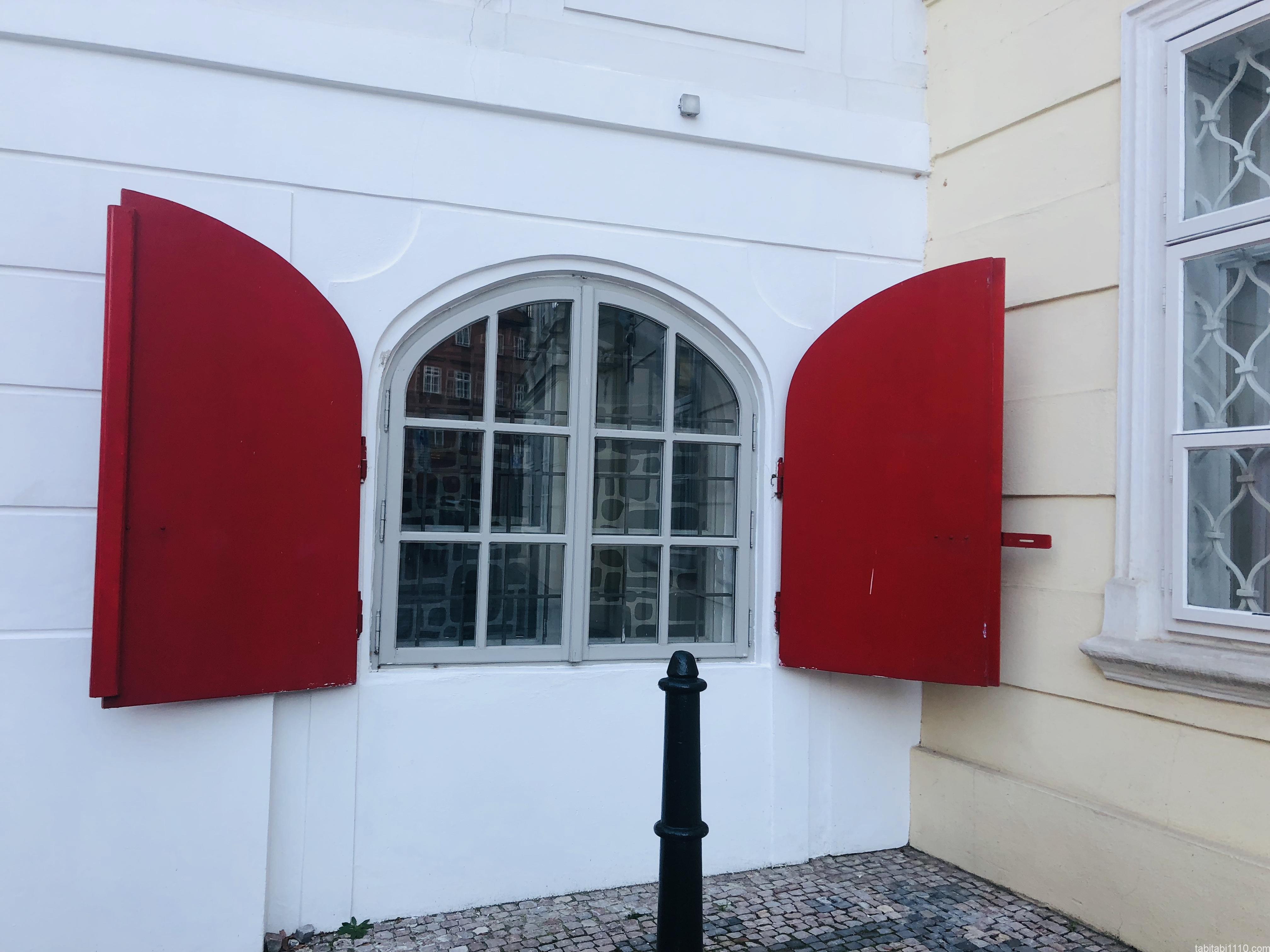 日本大使館の横にあった窓