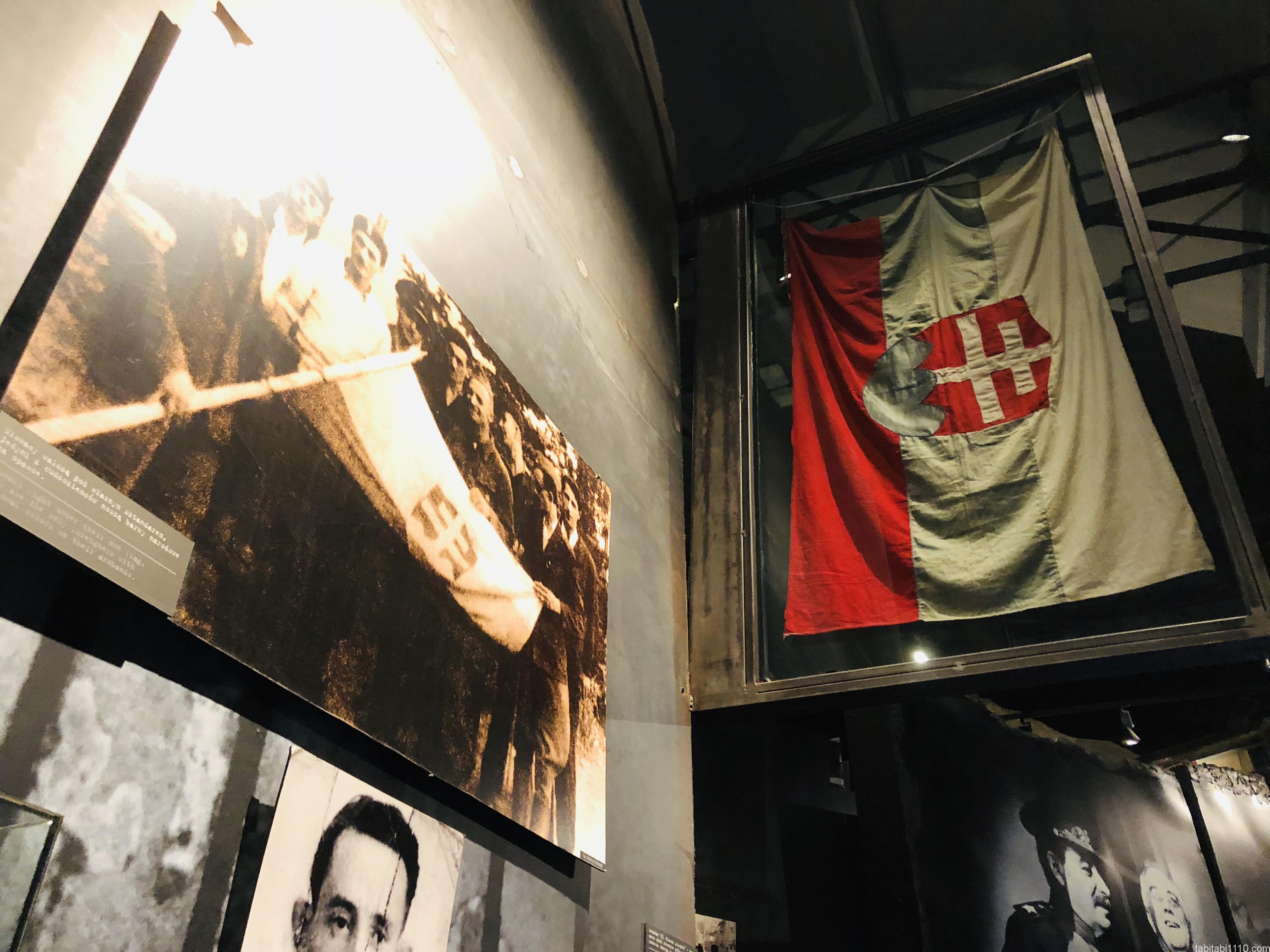 ワルシャワ蜂起博物館|スロバキア国旗