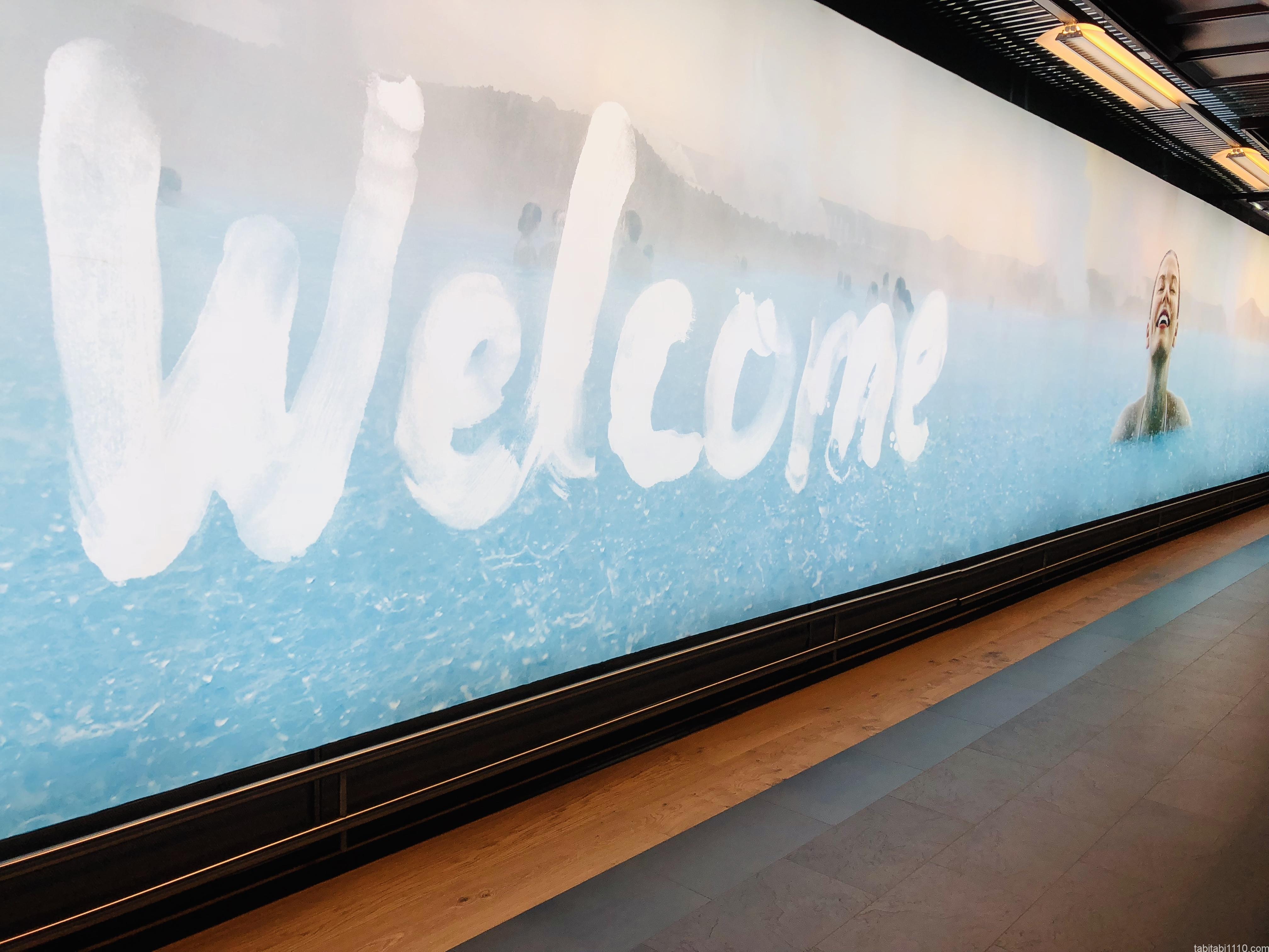 ケプラヴィーク国際空港の看板
