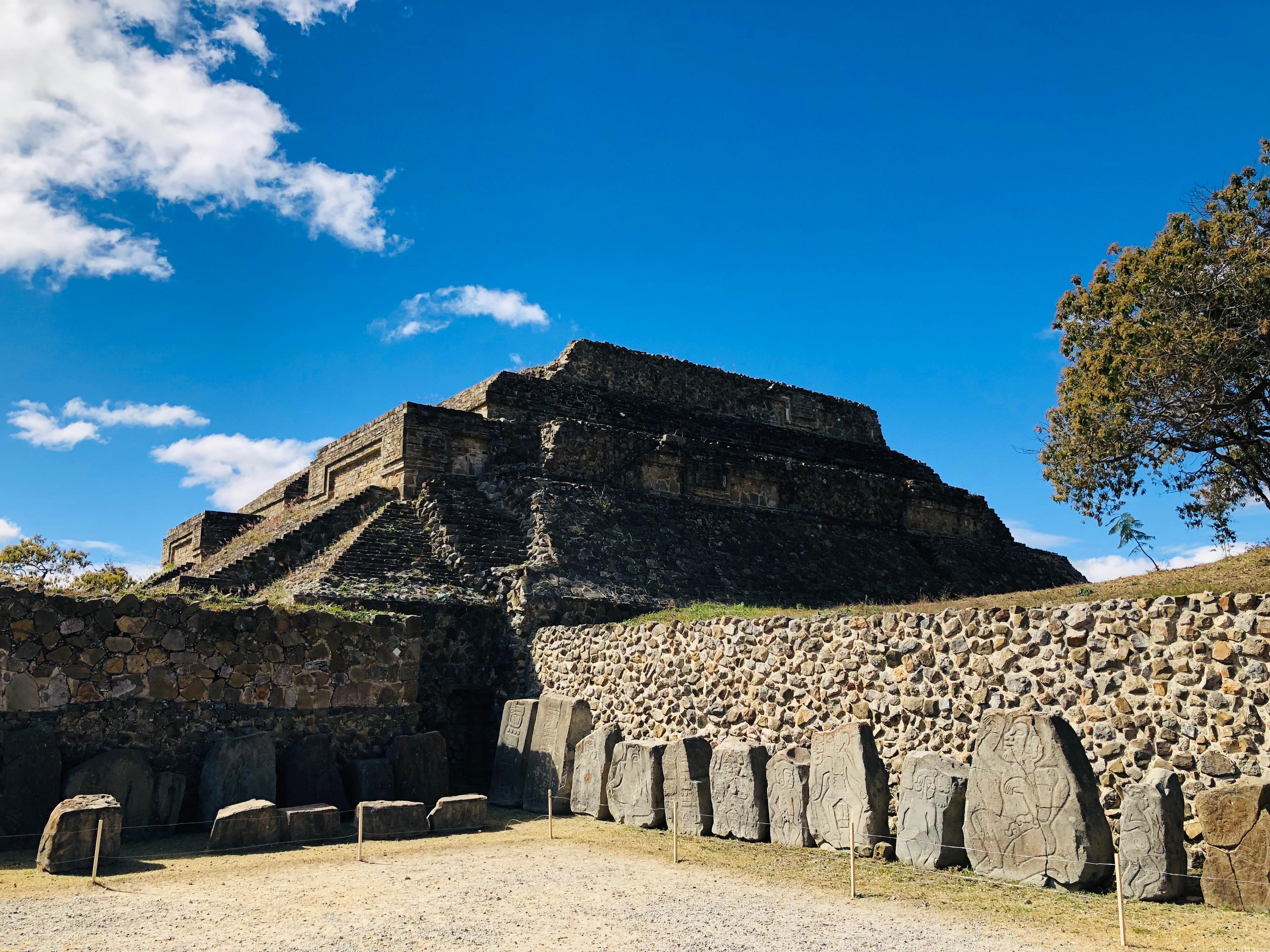 モンテアルバン 踊る人々のピラミッド