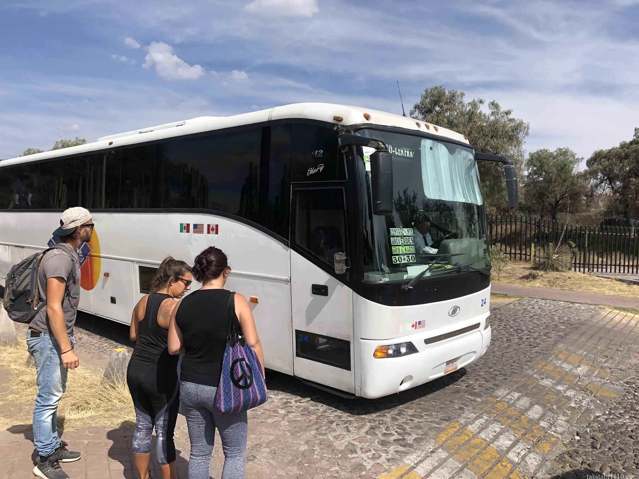 テオティワカンからメキシコシティ行きのバス