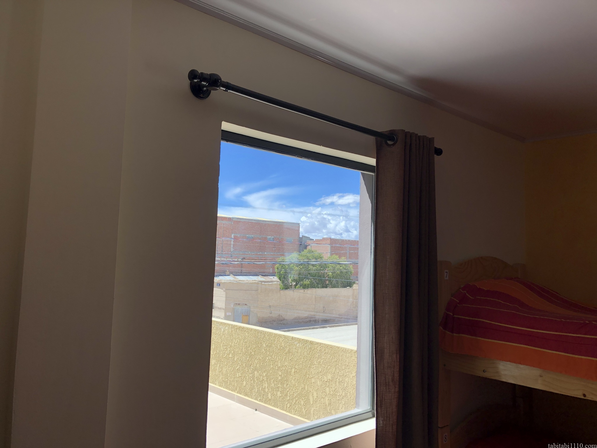 窓から見える青空